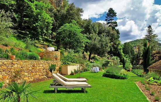 Manoir de la Malartrie: jardin privatif avec transats et tables vue sur la rivière