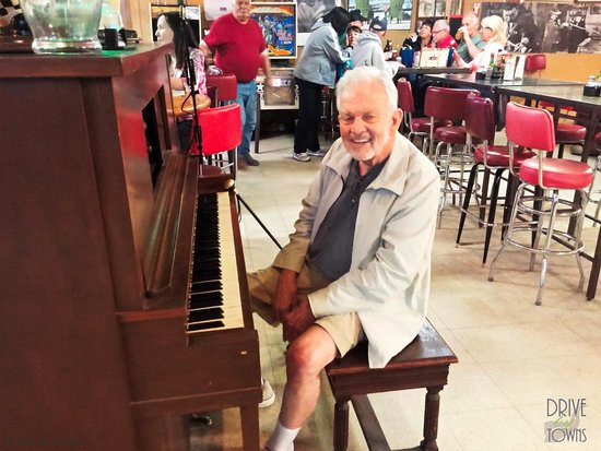Lutes Casino: Billy Lutes tickling the ivories!