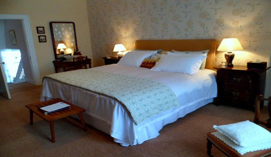 """Auchencairn, UK: Room 1 - Extra large room 6'6"""" sq bed"""