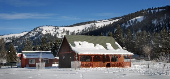 คลินตัน, มอนแทนา: Golden Stone Cabin in winter. Golden Stone is available year round