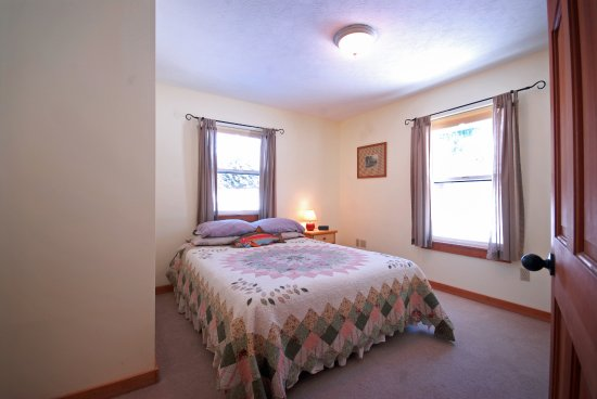 Clinton, MT: Golden Stone - Single Queen Bedroom on First Floor