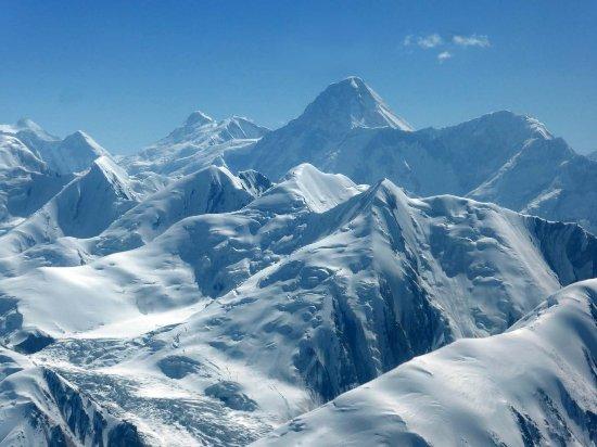 Khan Tengri Peak: Der Khan Tengri im Bildzentrum