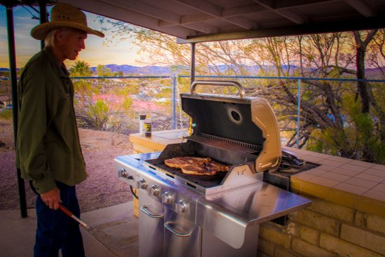 Wickenburg, AZ: Grilling up steaks on the communal grill!