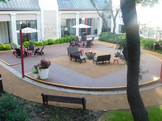 Holiday Inn Las Colinas: Relax in our outdoor courtyard.