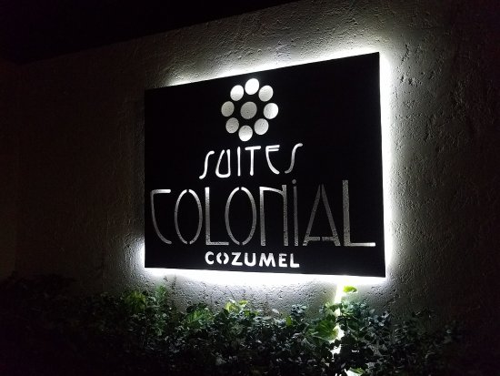 Suites Colonial sign.