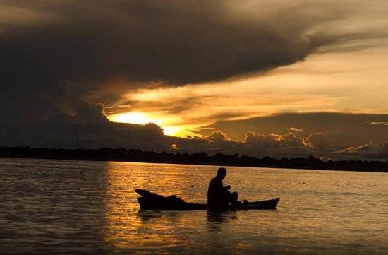 Puerto Maldonado, Perù: Tambopata river fishing boat at sunset