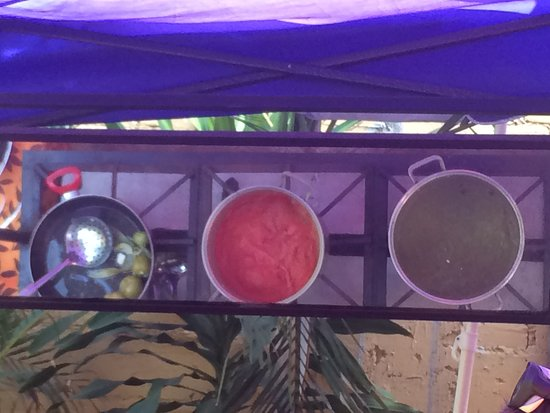 Patio Mexica Cooking School : A mirror hangs above the cooking area so that all can see the action unfold.