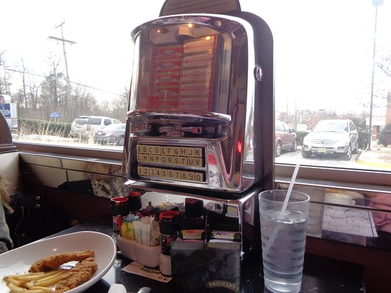 Silver Diner: we love the juke boxes at the table!