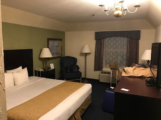 The Chateau Hotel and Conference Center: Bedroom