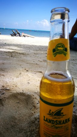 Caribbean Villas Hotel: Having a local beer at the beach