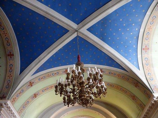 Church of the St Panteleimon: Decke mit Kronleuchter und Sternenhimmel