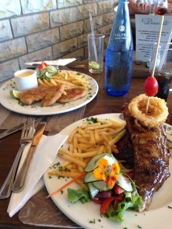De Viswijf: Main course ribs and chicken schnitzel