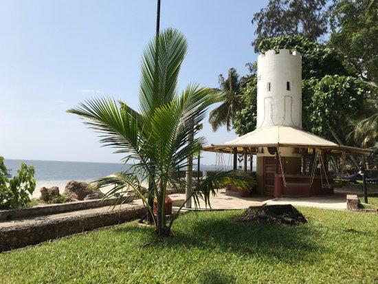 Severin Sea Lodge: De beachbar met schommelbankjes. Charles is de beste man hier!