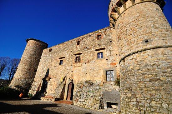Castello di Meleto: il fronte del castello