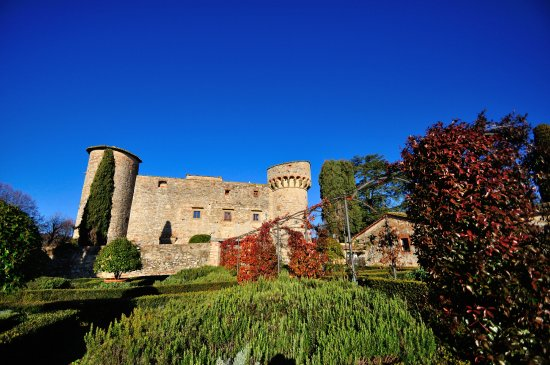 Castello di Meleto: il castello dal giardino
