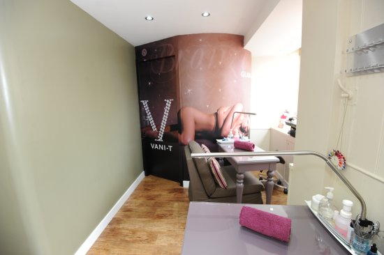 Elanele Beauty Center: Bespoke Vani-T Spray Tan Booth, Beautiful natural looking spray tans using the very best product