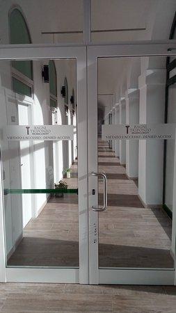 Cerreto di Spoleto, อิตาลี: La porta di accesso ai Bagni Vecchi riporta chiaramente che l'ingresso è vietato
