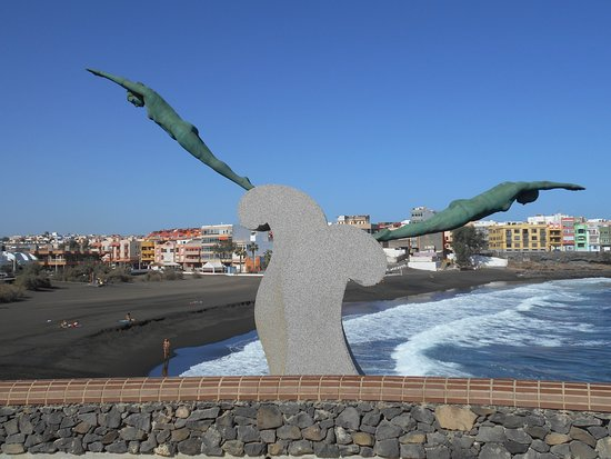 Playa de La Garita: 2 Diving Women Statue