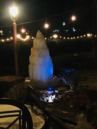 มอนทีเกิล, เทนเนสซี: Frozen fountain in the courtyard on a cold January night.