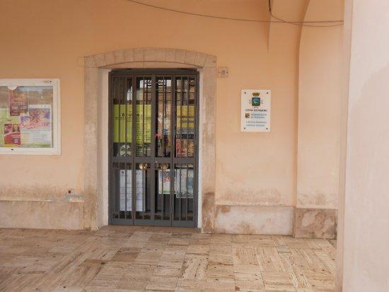 I.A.T. (Ufficio Informazioni e di Accoglienza Turistica) di Fasano: l'ufficio con l'insegna