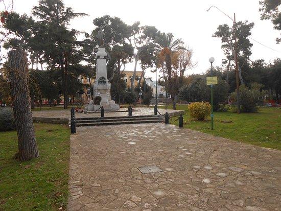 Fasano, Italie : il monumento ai Caduti al centro del parco