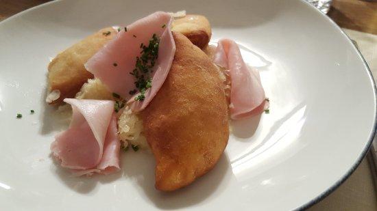 St. Pauls, Italy: fagottini di patate con crauti e maiale affumicato