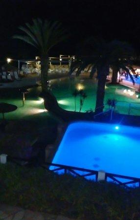 Malama Beach Holiday Village: Бассейн вечером