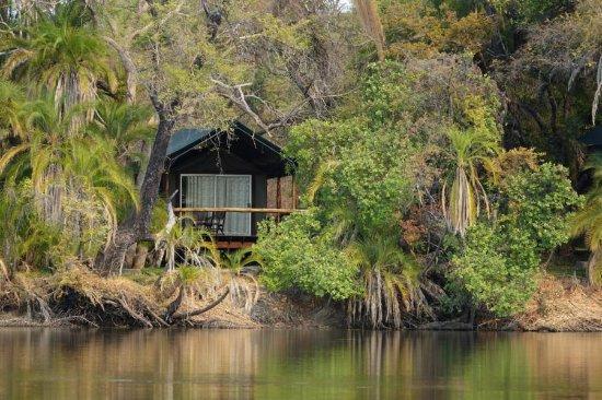 Xaro Lodge: Blick vom Fluss auf eines der Zelte
