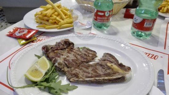O' Scugnizzo: Bistecca e patatine fritte.