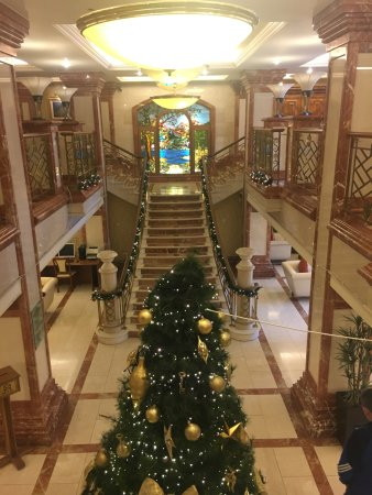 Killarney Plaza Hotel and Spa: Foyer staircase with Christmas decorations