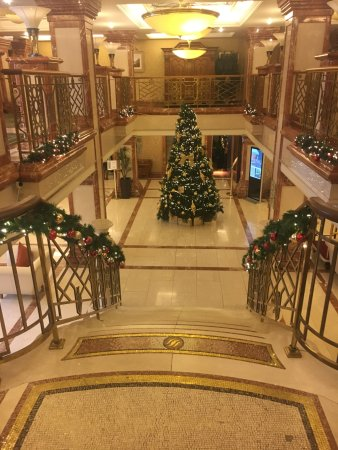 Killarney Plaza Hotel and Spa: Foyer decorated for Christmas