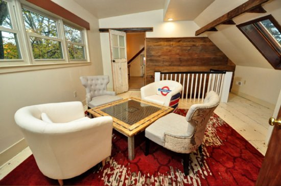 Pipersville, PA: Victory Suite sitting room featuring dry bar and small fridge