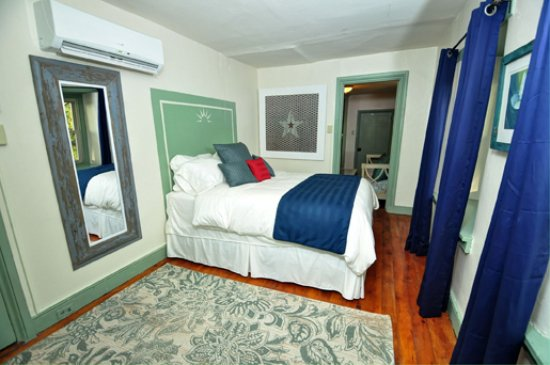 Pipersville, PA: Liberty Suite bedroom featuring Queen size bed and shared hall bath
