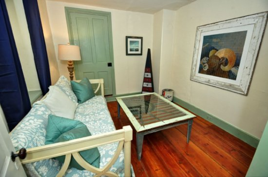 Pipersville, PA: Liberty Suite bonus sitting room featuring couch/daybed