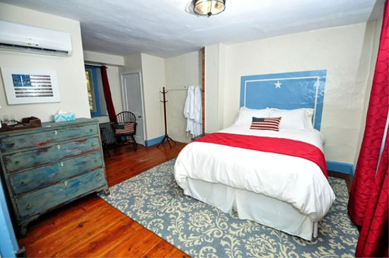 Galvanized America Inn and Art Gallery: Freedom Room featuring Queen size bed with shared hall bath