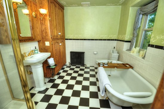 Pipersville, PA: Shared Hall Bathroom (Liberty Suite & Freedom Room) with shower and clawfoot tub