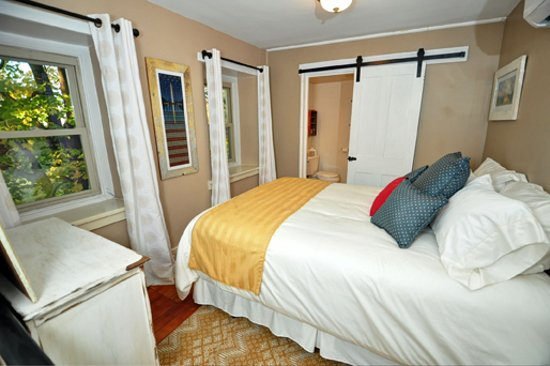 Pipersville, Pensilvania: Independence Room featuring Queen size bed and private bath with shower