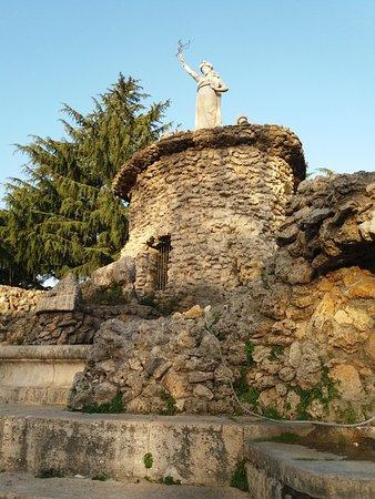 Cisterna di Latina, Италия: La fontana Biondi con la statua della Dea Feronia