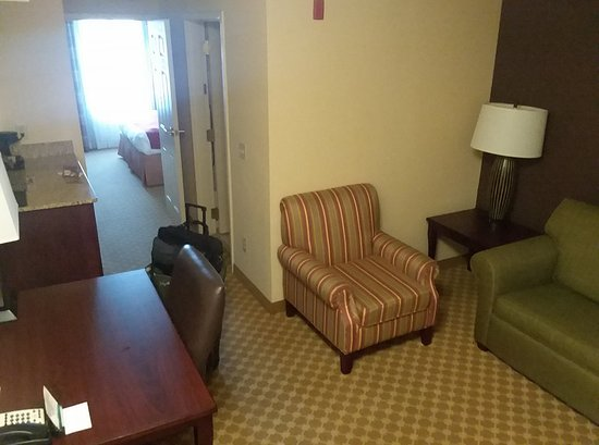 Ashland, Wirginia: Upgraded Suite, living room area.