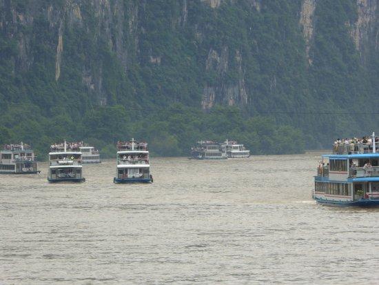 Guangxi Zhuang, Cina: River traffic - 7 boats following