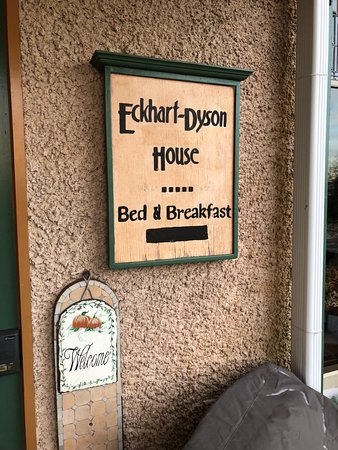 Viroqua Heritage Inn: Front entrance sign to the B&B