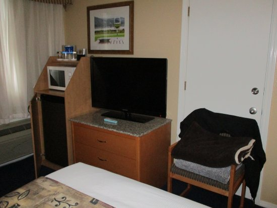 Best Western Inn at Penticton: had all your basic needs and fridge is nice and cold.Bed comfy but could use new pillows
