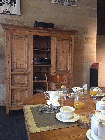 Chateau de Mole: Indoor breakfast area