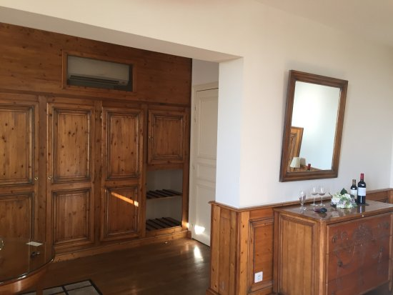 Puisseguin, Frankreich: Malbec entry closets and sideboard