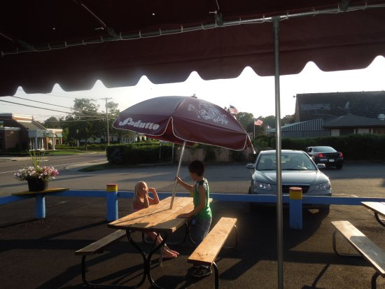 Hampton Bays, Estado de Nueva York: Picnics under awning at Slo Jack's