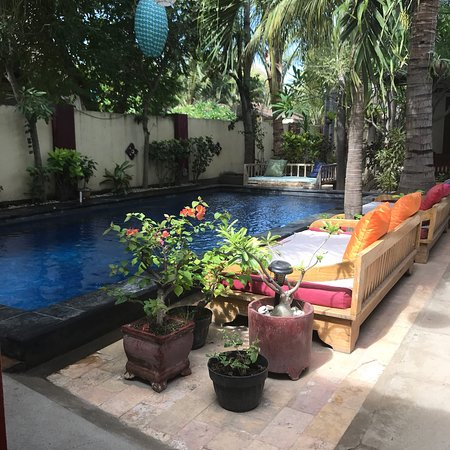 Aaliku Bungalows: Great hotel. Small friendly staff and very central location to and from the boat and beach.