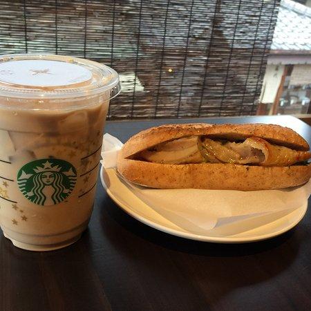 在百年日市町屋享用星巴克咖啡