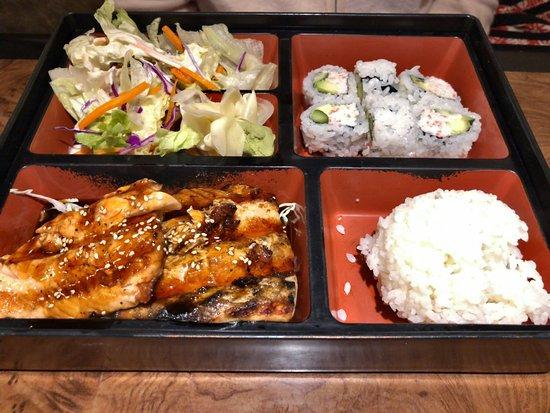 Alhambra, Kalifornia: Teriyaki salmon and California rolls