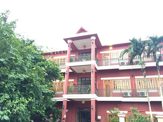Sisophon, Cambodia: Nice building and high security
