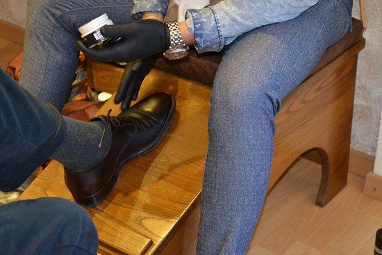 La cura della pelle della scarpa, permette di mantenere